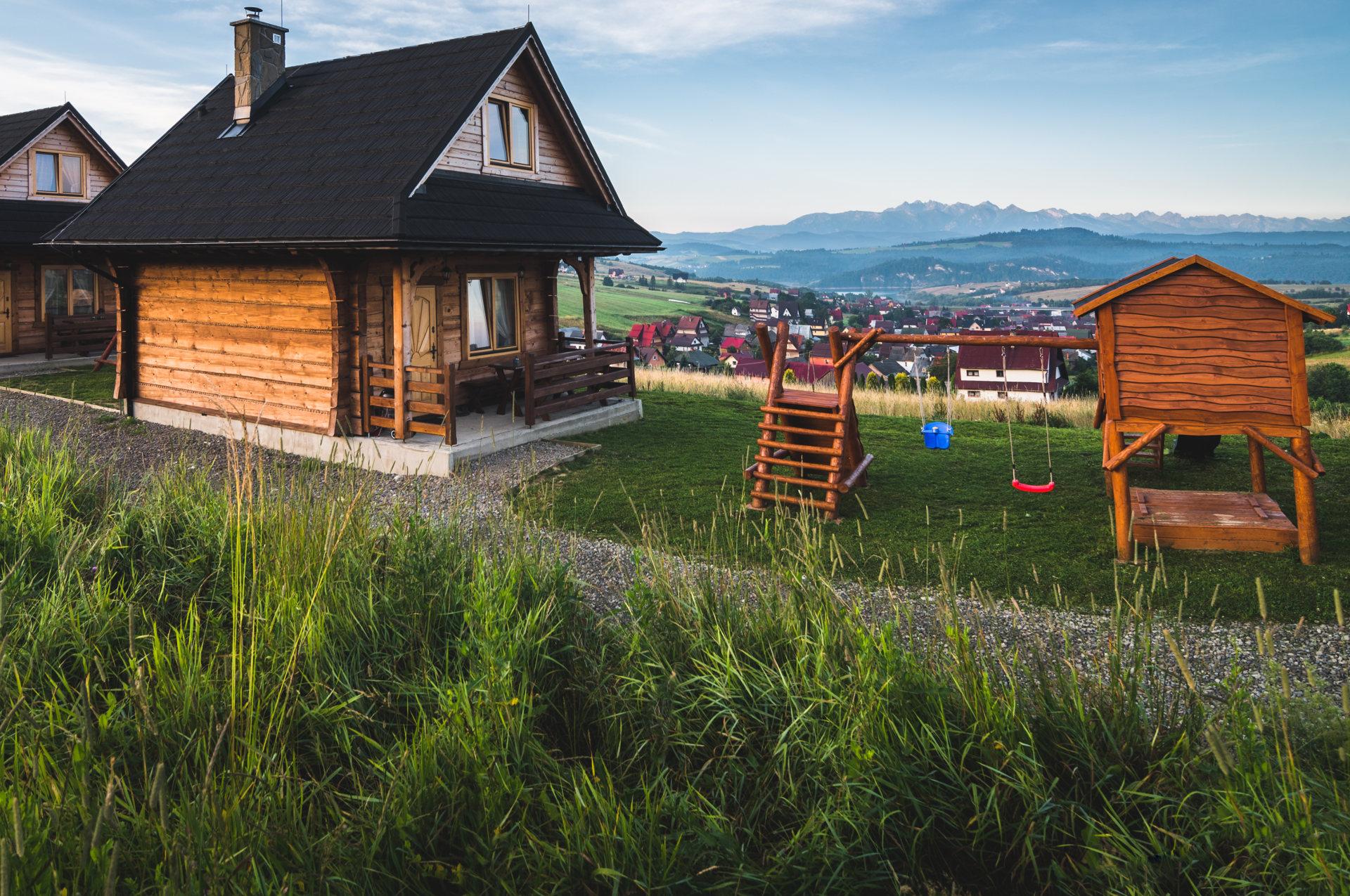 Domki góralskie z widokiem na Tatry